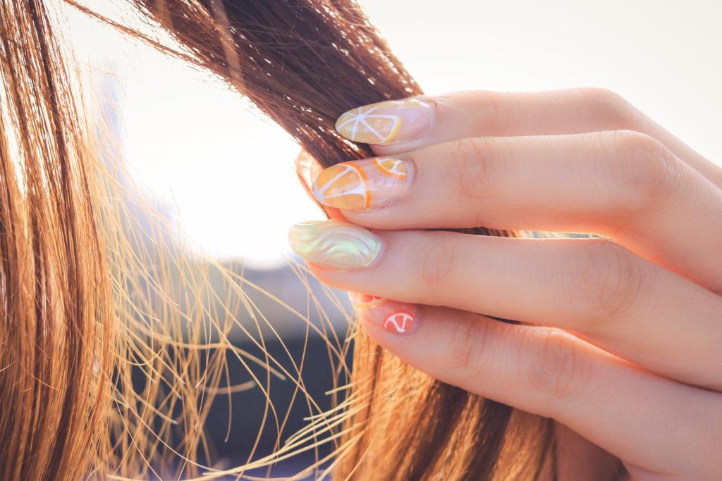 髪の毛をつまむ女の子