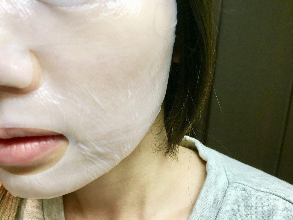 だぶつきがちな顎周辺までしっかりと貼りつくエイジングラボルテのモイスチャーシートマスク