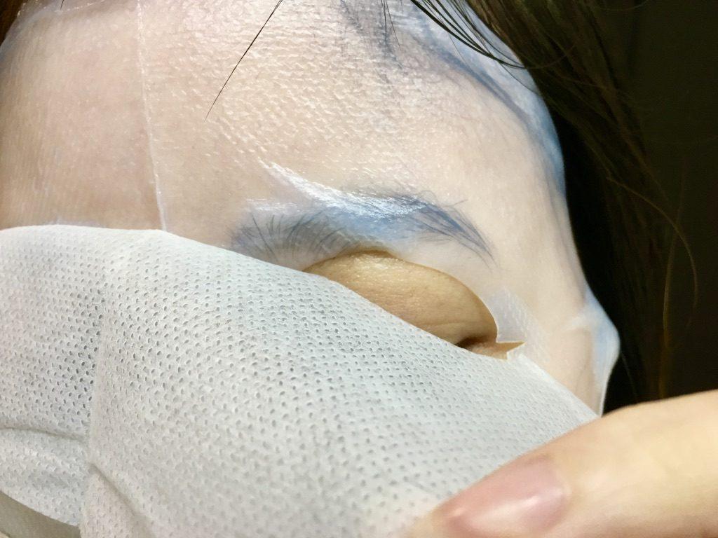 エイジングラボルテのモイスチャーシートマスクから不織布を取り除いているところ