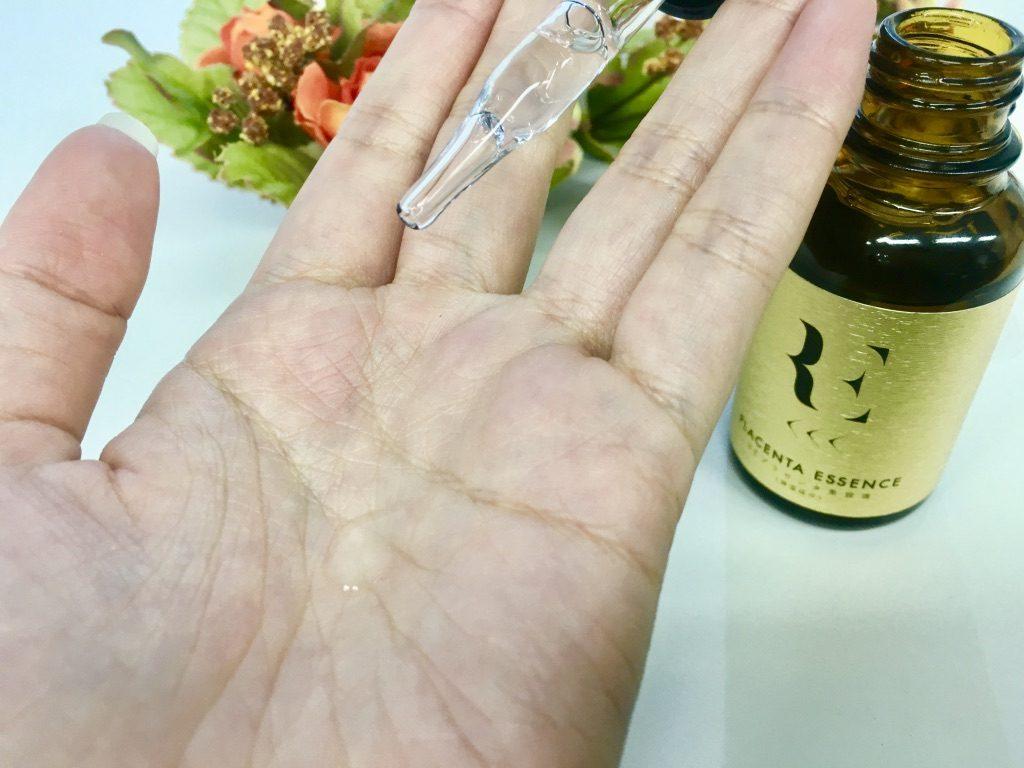 REプラセンタ美容液を手のひらに出したところ