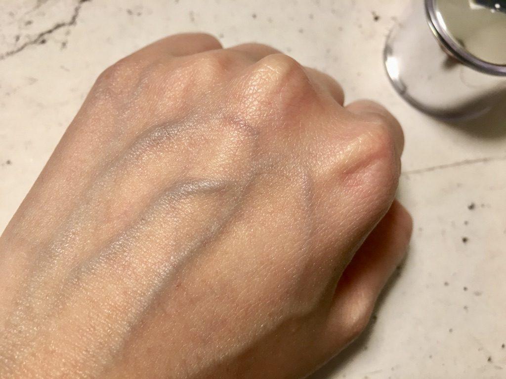 会津ほまれプレミアム化粧水を手の甲に馴染ませたところ