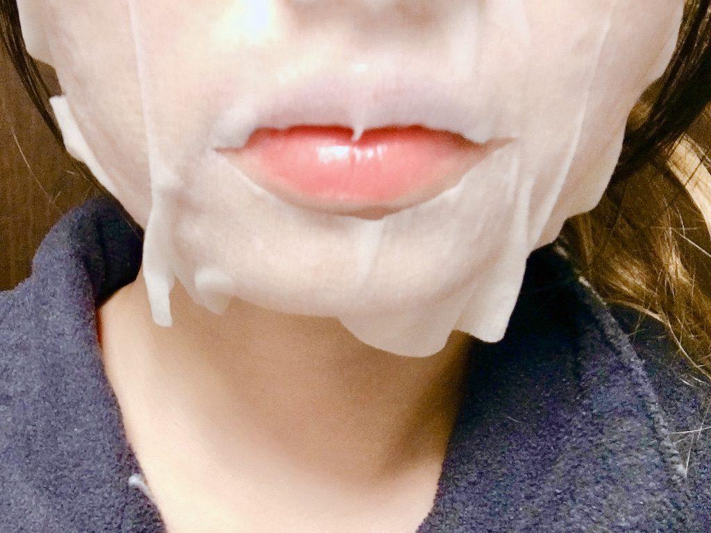 チャージフェイスマスクを顔に貼っているところ