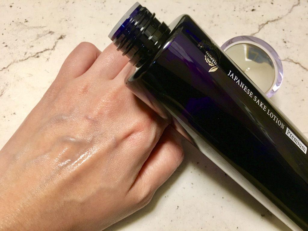 会津ほまれプレミアム化粧水を手の甲に出したところ会津ほまれプレミアム化粧水を手の甲に出したところ