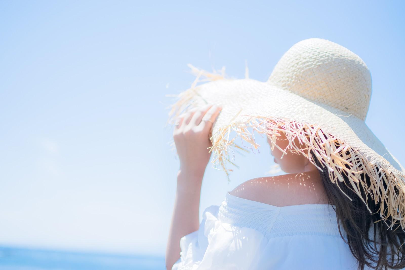 強力な太陽光から肌を守る女性