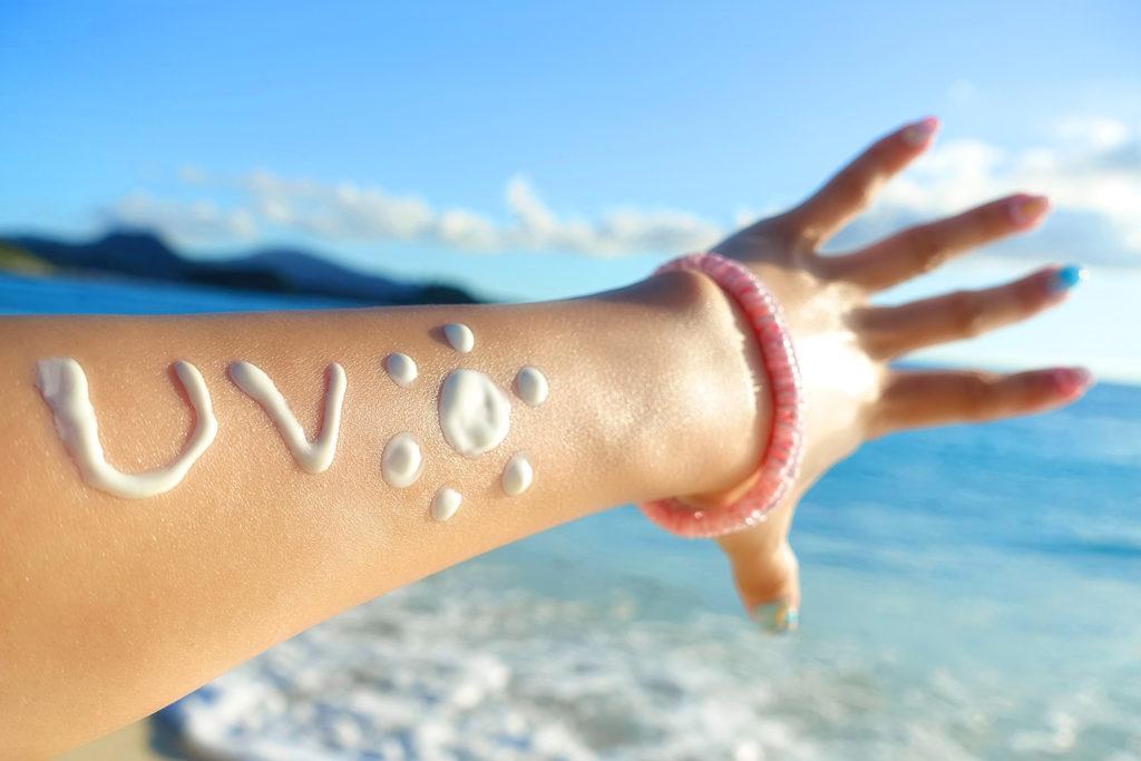 日焼け止めで腕に書いたUVの文字
