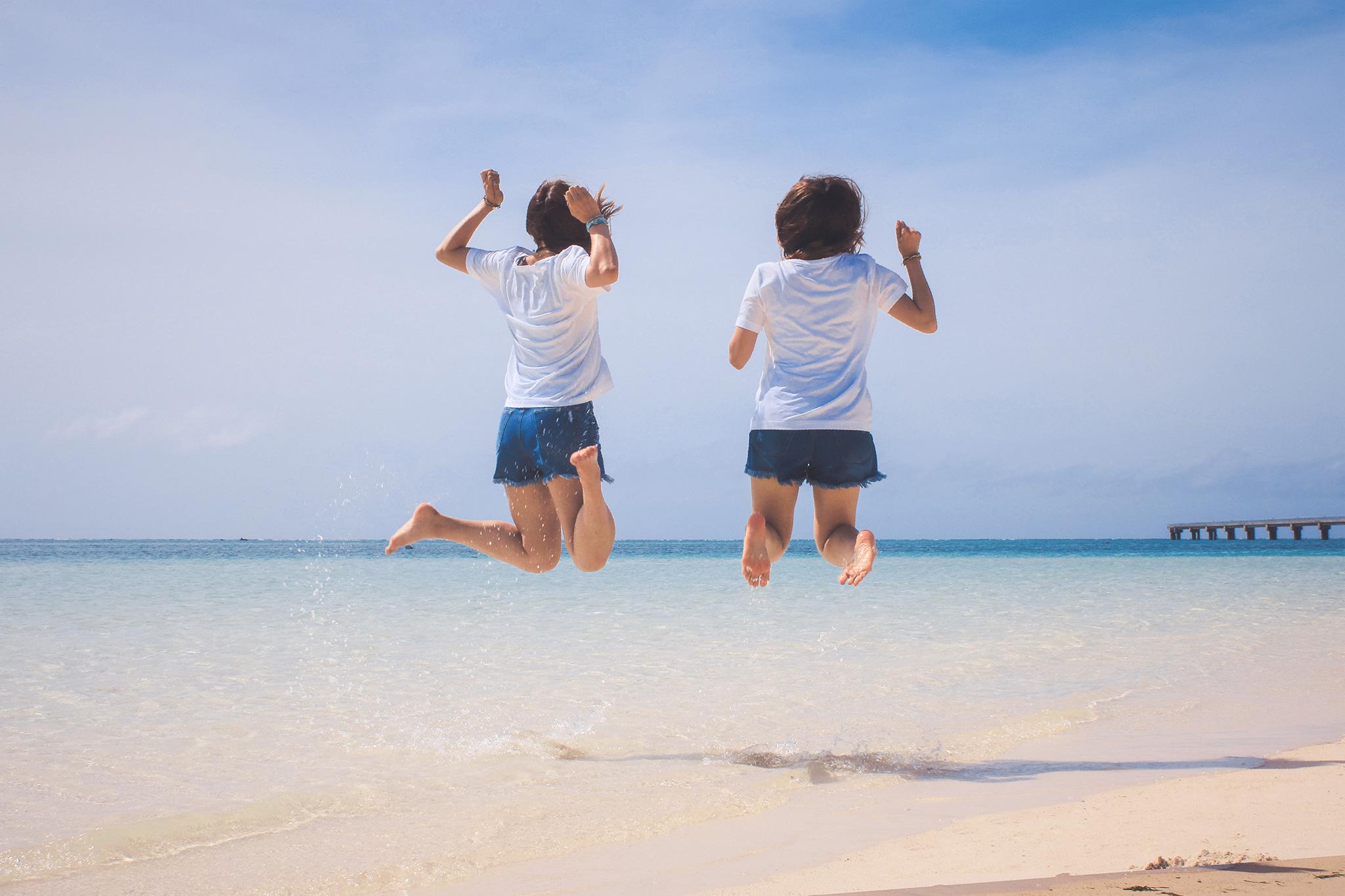 Tシャツショーパン素足でジャンプする女子2人