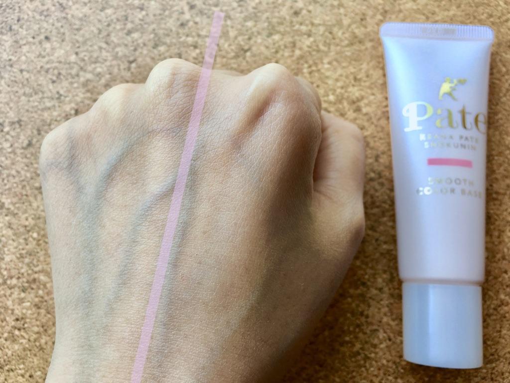 毛穴パテ職人スムースカラーベースを手の甲右側に塗り馴染ませたところ