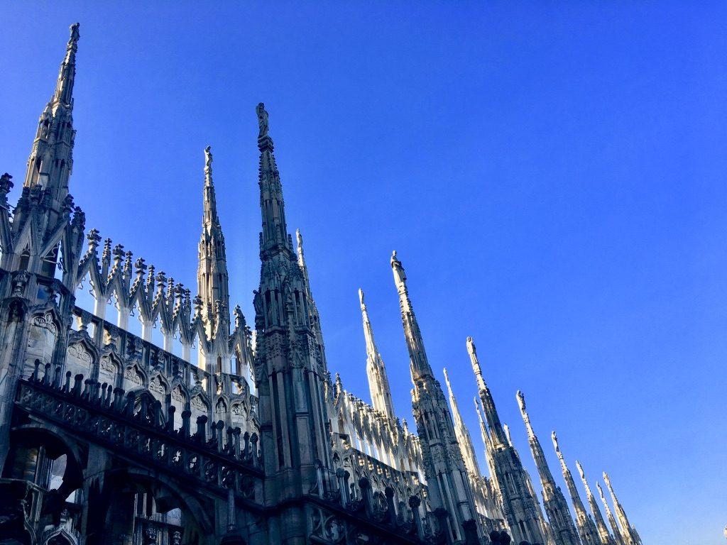 イタリアの建物と真っ青な空