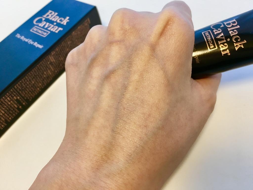 ホリカホリカブラックキャビアゴールドロイヤルアイリペアを馴染ませ少しテカテカな手の甲