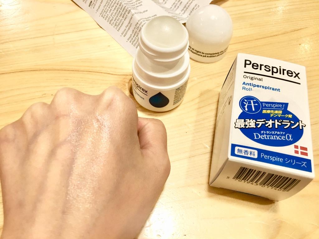 デトランスαを手の甲に塗る