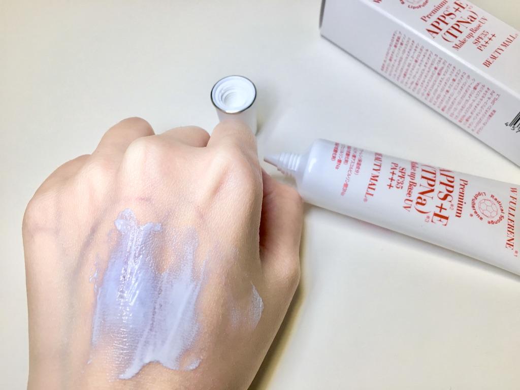 ビューティーモール ダブルフラーレンナノモイストUVミルクを手の甲に塗り広げているところ