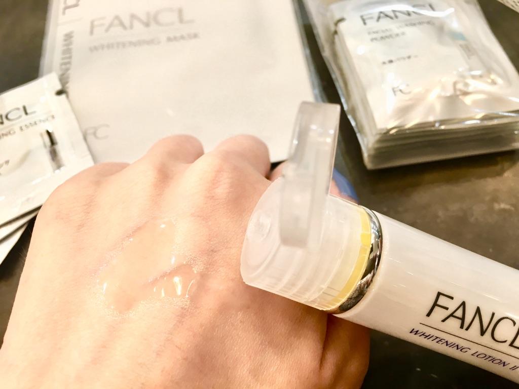ファンケルホワイトニング化粧液Ⅱ<医薬部外品>を手の甲に出す