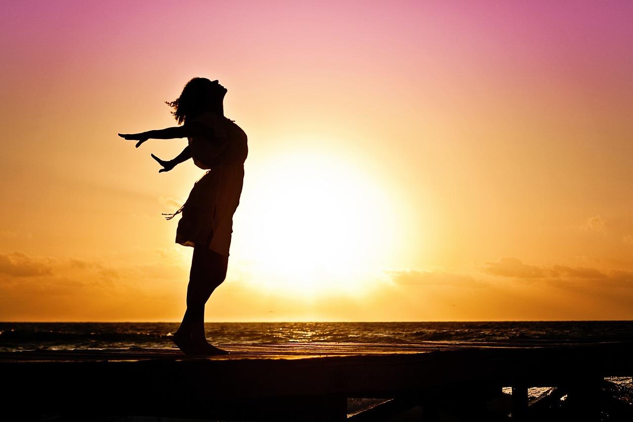 太陽とドレスを着た女性