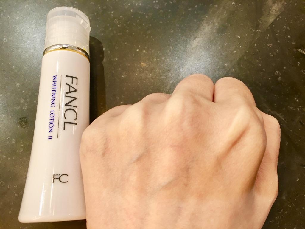 ファンケルホワイトニング化粧液Ⅱ<医薬部外品>を馴染ませる