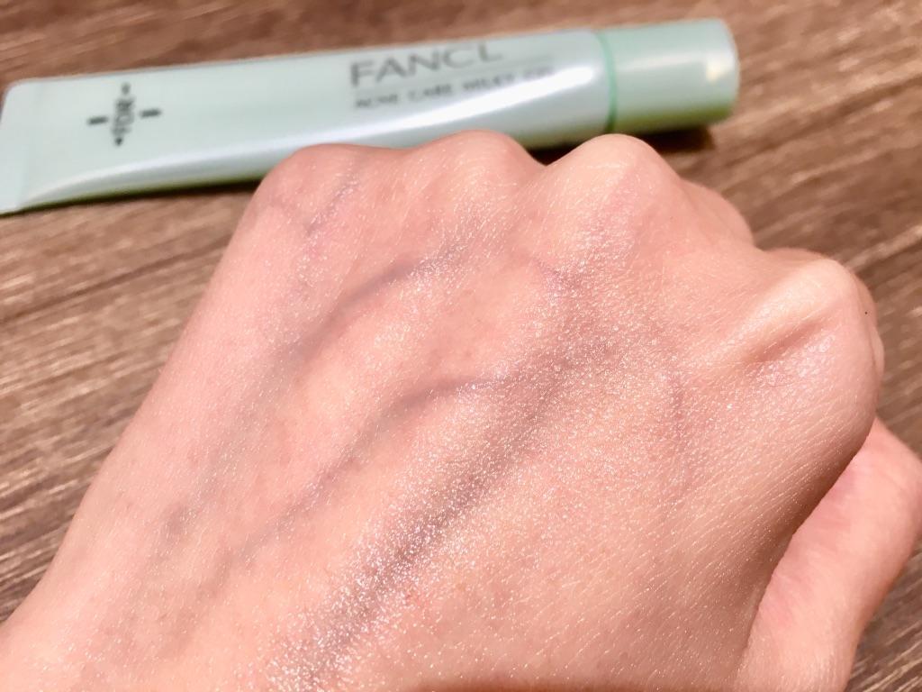 無添加アクネケアジェル乳液<医薬部外品>を手の甲に馴染ませた