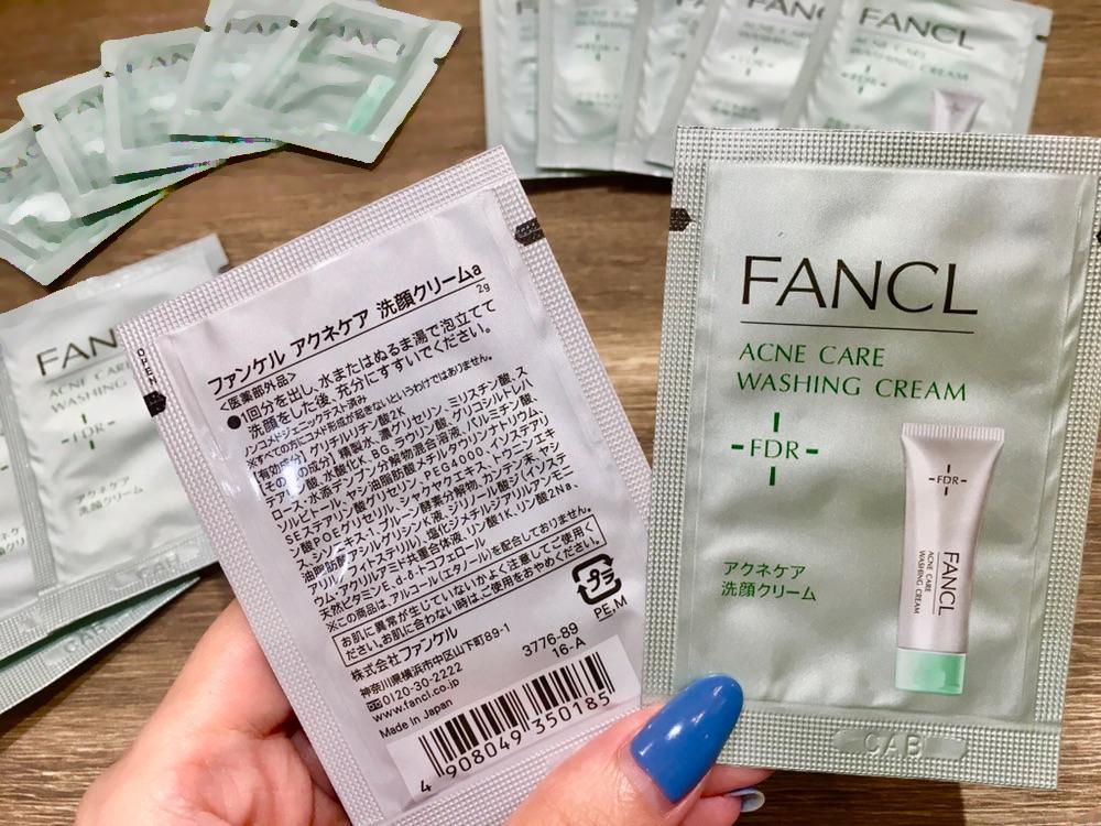 無添加アクネケア洗顔クリーム<医薬部外品>を手に持った