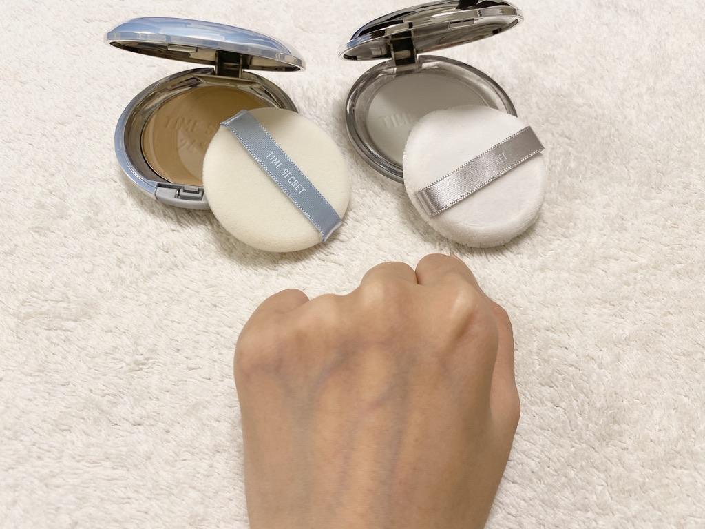 タイムシークレットミネラルプレストパウダーの色付きとクリアを左右で塗りくらべ